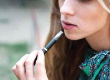 jeune fille qui fume une cigarette électronique